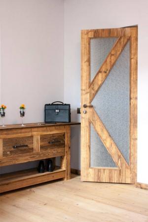 Taaskasutatud puidust uksed